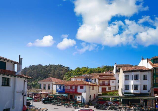 Casas típicas de Tazones, primera parada del día 5 de la ruta de 7 días por Asturias
