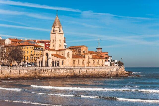 La iglesia de San Pedro, uno de los lugares más típicos que ver en Gijón