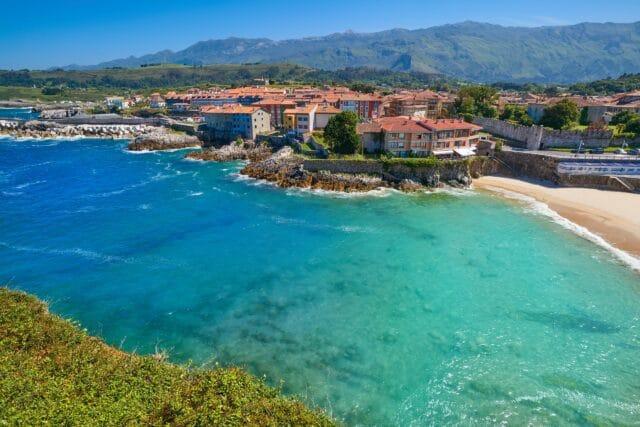 Vista aérea de la playa del Sablón y del casco histórico de Llanes, visita imprescindible en la ruta de 7 días por Asturias