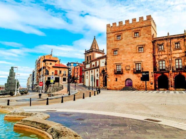 La Plaza del marqués y el Palacio de Revillagigedo, un lugar imprescindible que ver en Gijón