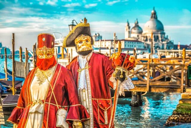 Pareja disfrazada en el Carnaval de Venecia (2021). Al fondo se divisa la Iglesia de Santa Maria della Salute