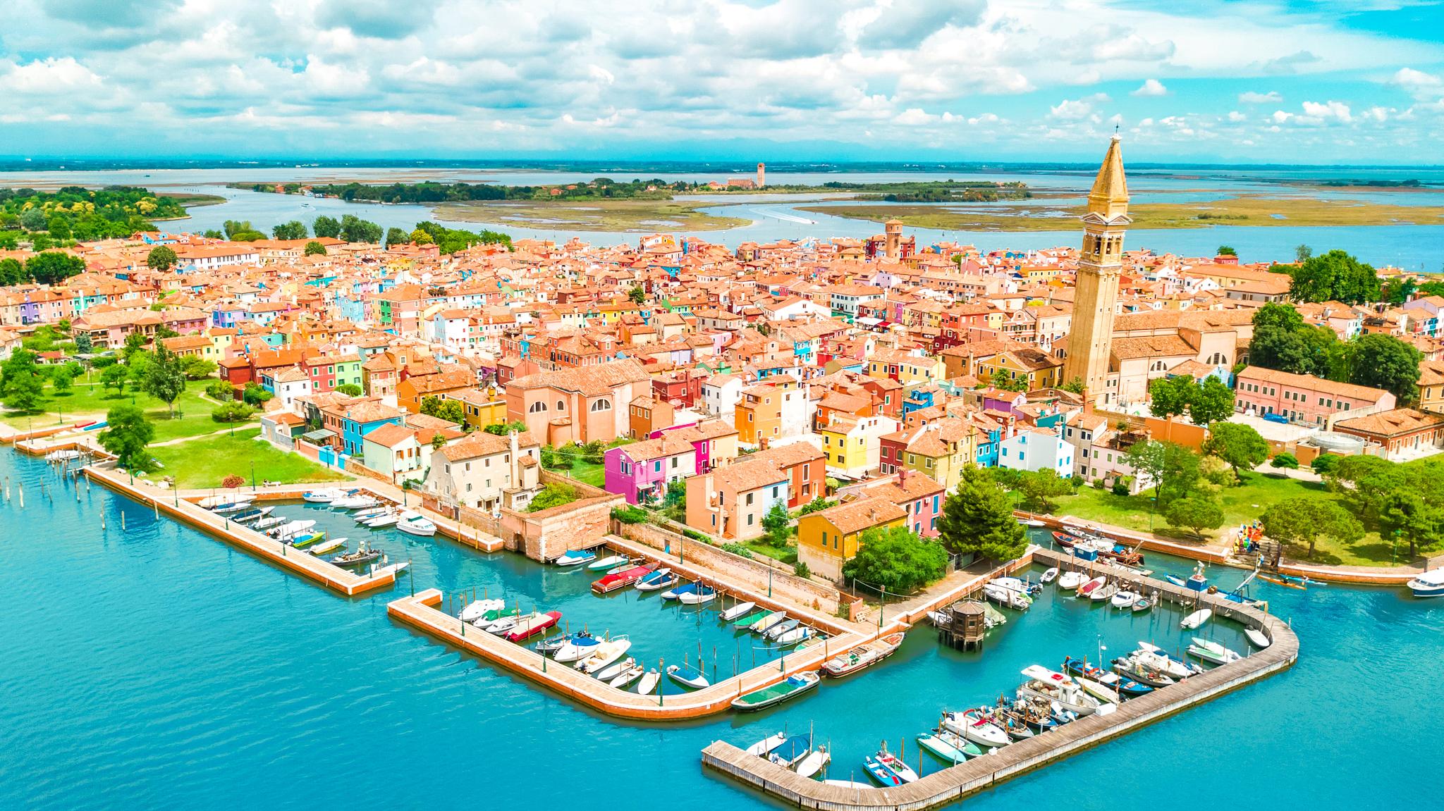 cosas que ver y hacer en venecia: vista aérea de la colorida isla de Burano