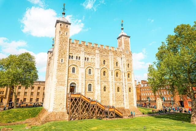 La Torre de Londres es uno de los lugares imprescindible que visitar en Londres.