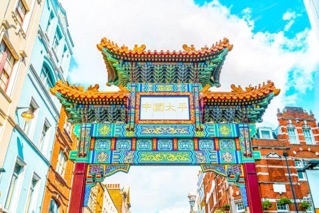Entrada a Cinatown. Uno de los barrios imprescindibles que ver en Londres