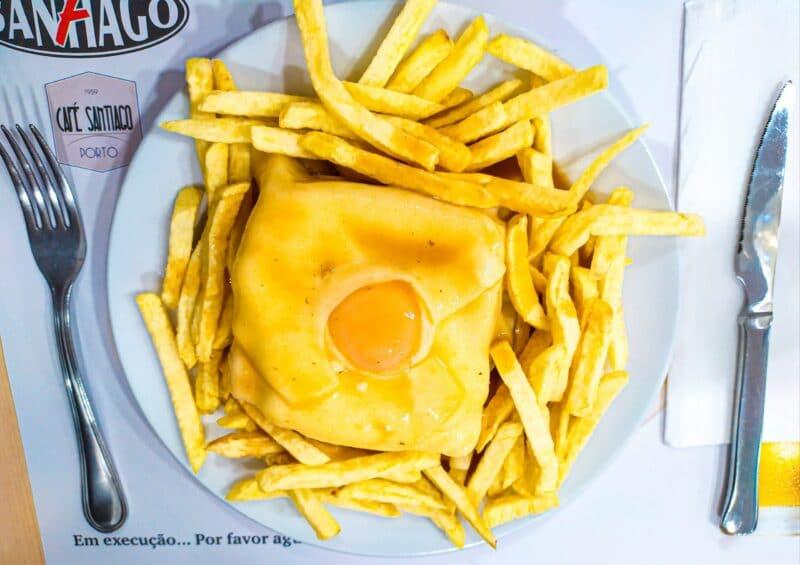 Francesinha del Café Santiago, uno de los mejores lugares dónde comer en Oporto
