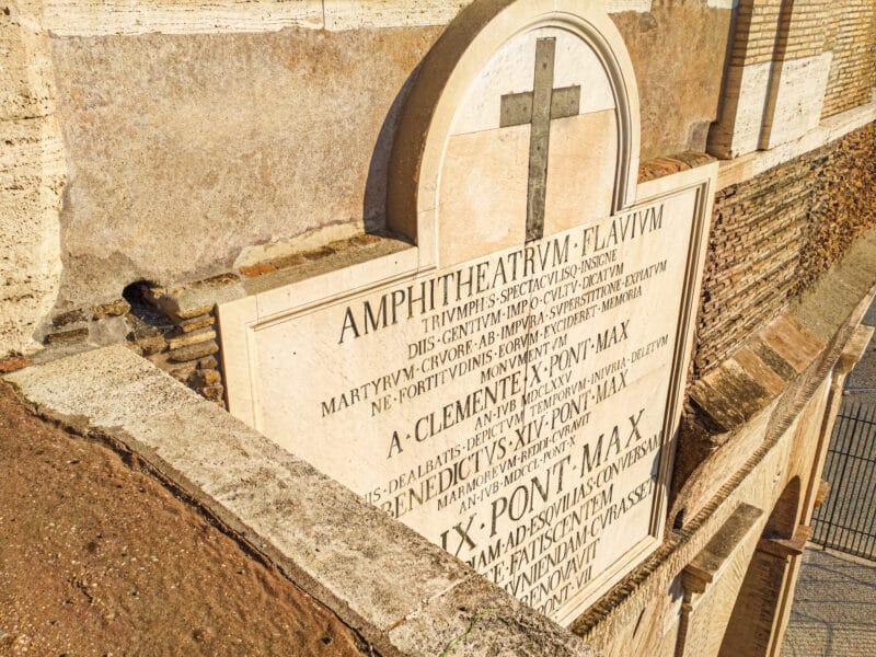 Placa con el nombre Anfiteatro Flavio que se puede ver al visitar el Coliseo