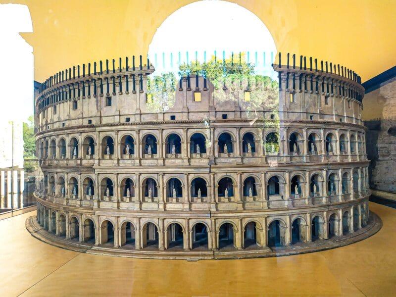 maqueta del anfiteatro original que se puede ver al visitar el Coliseo