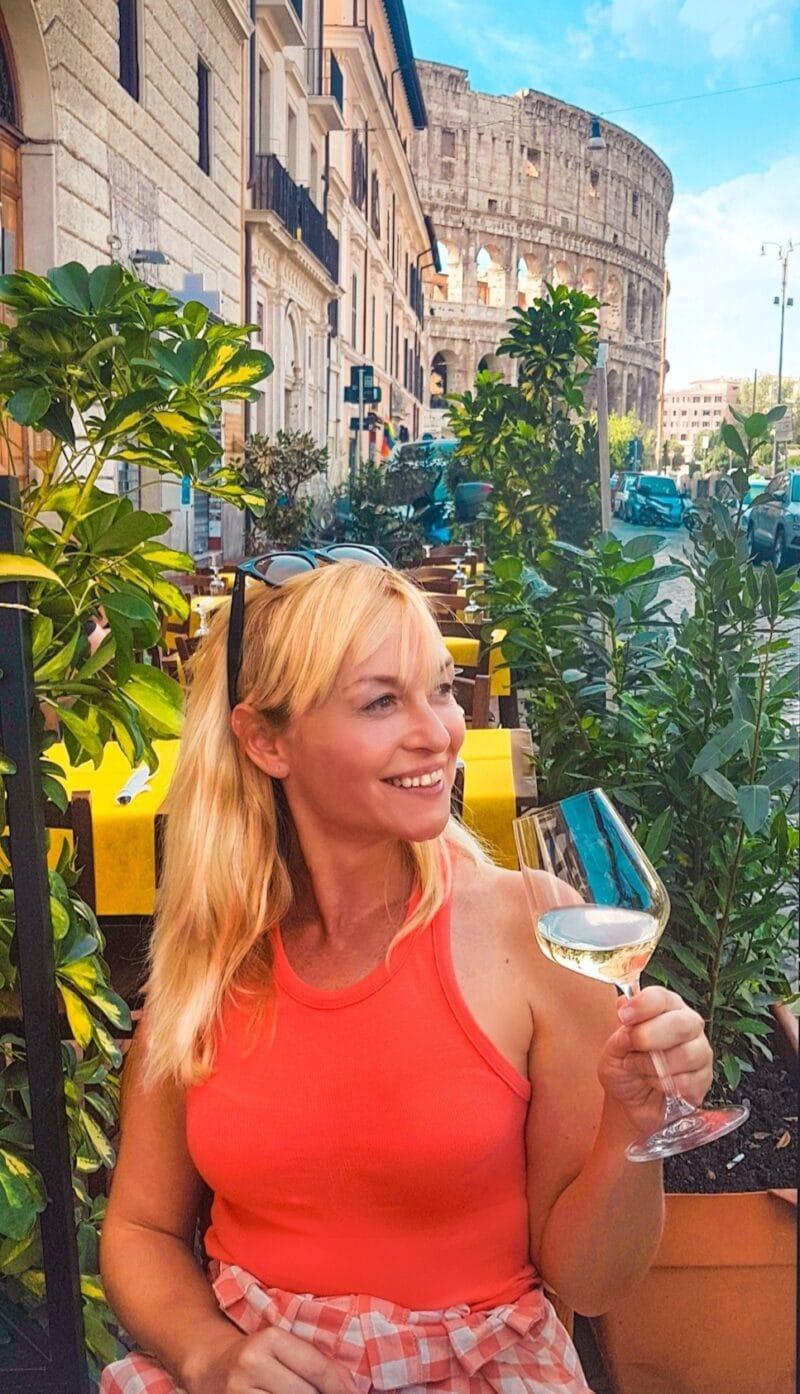 Servidora tomando una copa de vino con vistas al Coliseo