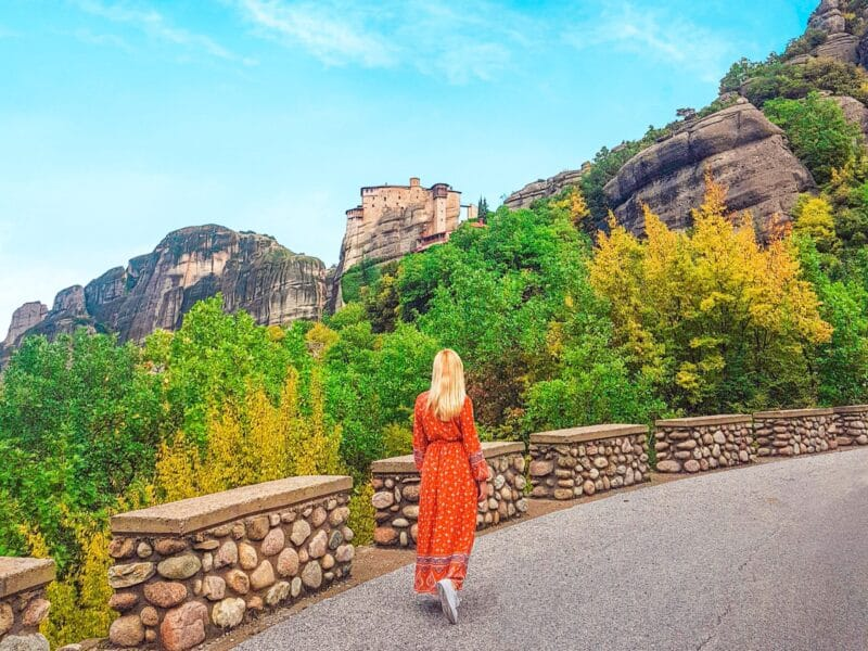 Yo caminando para subir a los monasterios de Meteora
