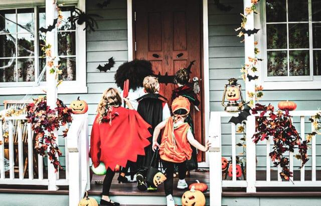 Niños pidiendo dulces en Halloween