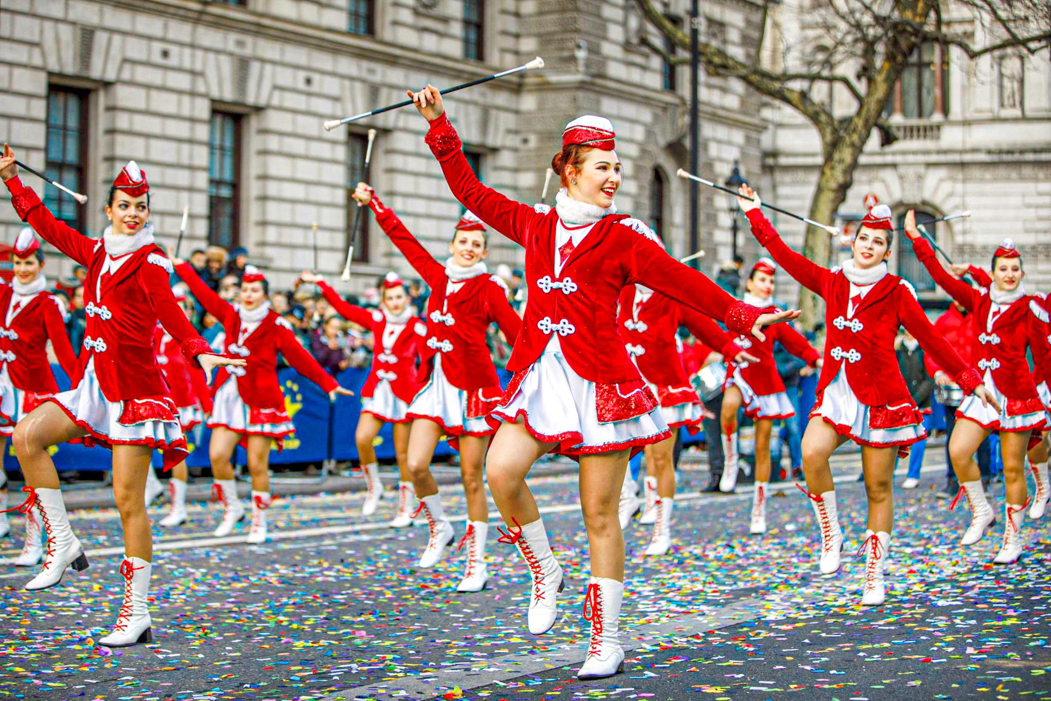 Cómo se celebra la navidad en Londres: majorettes del desfile de año nuevo
