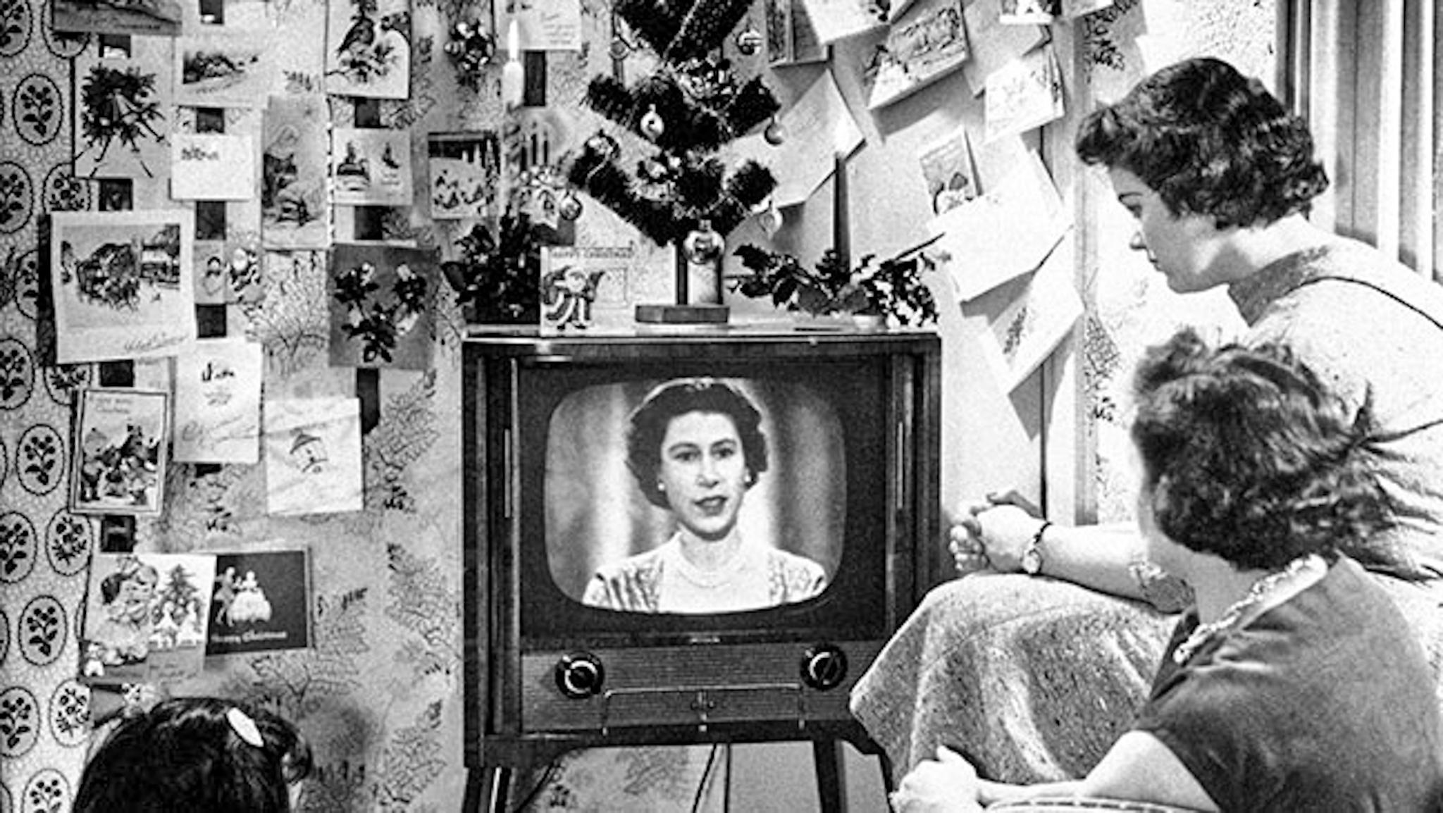 CÓMO SE CELEBRA LA NAVIDAD EN LONDRES: IMAGEN DEL PRIMER DISCURSO TELEVISADO DE LA REINA EN 1957