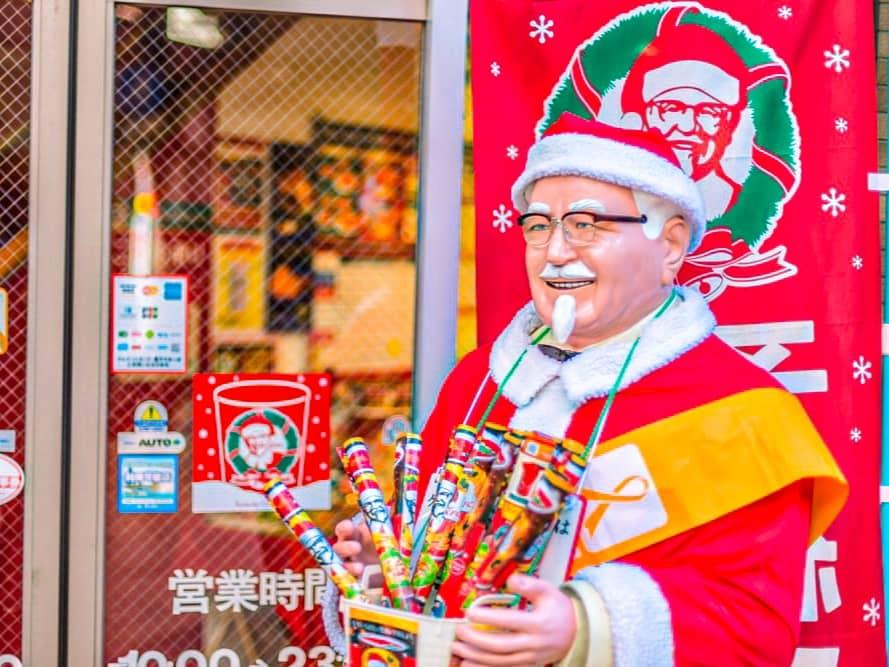 cómo se celebra la navidad en el resto del mundo: colonel KFC vestido de papá Noel