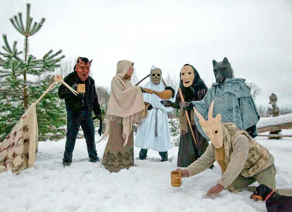 cómo se celebra la navidad en el resto del mundo: grupo de mummers en Latvia