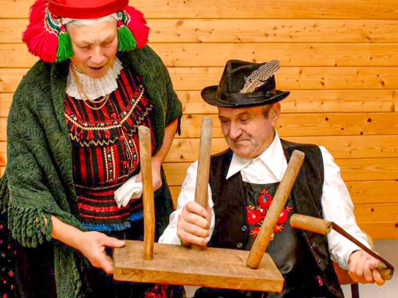 cómo se celebra la navidad en el resto del mundo: pareja construyendo la silla de Santa Lucía en Hungría