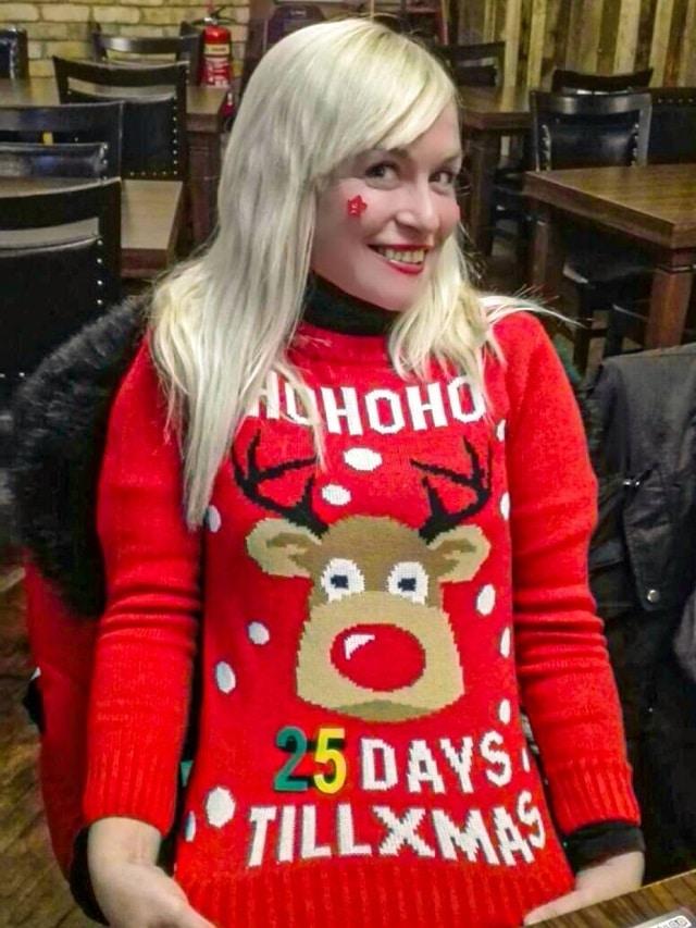 Yo con mi ugly sweater en la comida de navidad