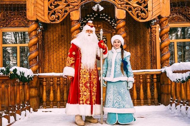 Dez Moro y Snegurochka quienes traen los regalos de navidad en Rusia