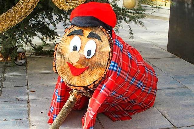 El Tío de Nadal o tronca de navidad, es quien trae los regalos de navidad en Cataluña
