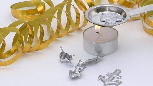 Cumpliendo una de las tradiciones de fin de año de Finlandia quemando figuritas de plomo