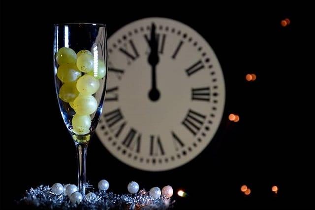 Una copa llena de las uvas de la suerte (tradición de fin de año en españa=