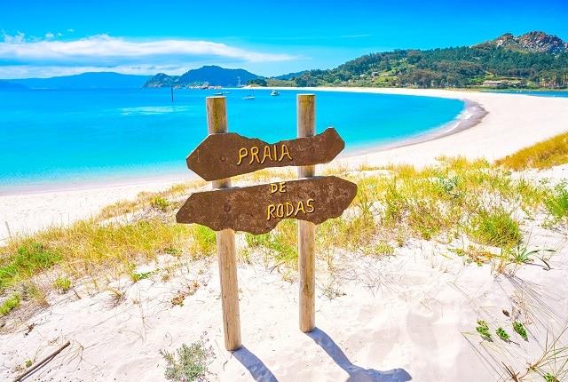 Playa de Rodas en las Islas Cíes, un lugar imprescindibles que visitar en las Rías Baixas