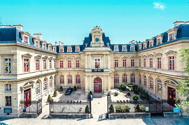 El ayuntamiento del distrito 3 de París, es la localización donde Assane secuestra al inspector Dumont (LUPIN, Netflix)