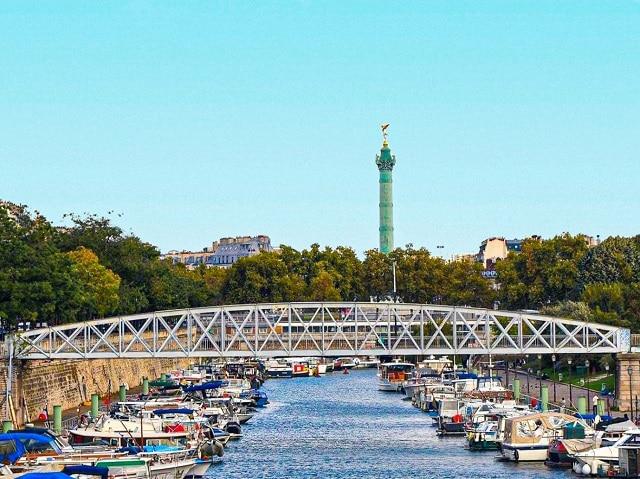 Passerelle Mornay con la columna de la Bastilla al fondo, es la localización dónde Assane (LUPIN) y Claire deciden el nombre de su futuro hijo