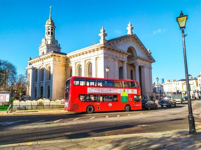Autobús 188 pasando por delante de la iglesia de St Alfege llegando al barrio de Greenwich desde el centro de Londres