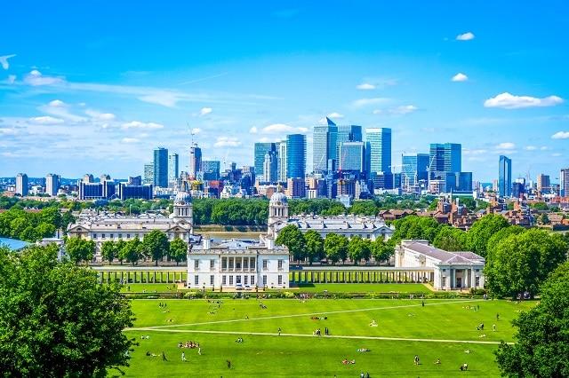 Vistas panorámicas de Canary Wharf, el Antiguo Colegio Naval y la Casa de la Reina desde lo alto de la colina del Parque Real de Greenwich,