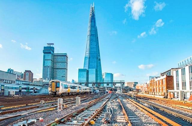 Tren saliendo de la estación de London Bridge