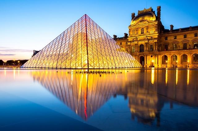 Pirámide y museo del Louvre, ambas localizaciones del primer capítulo de la serie LUPIN