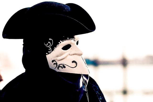 Disfraz y máscara de la Bauta, la más típica del carnaval de venecia