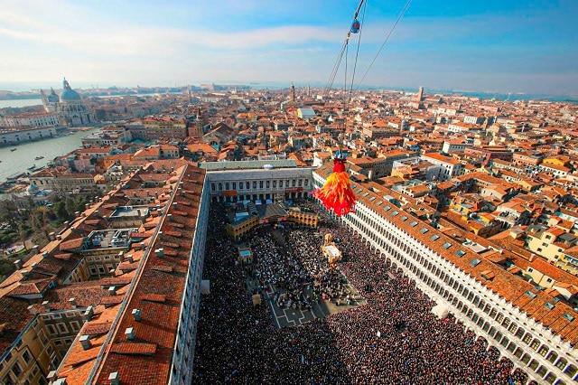 La Maria descendiendo desde lo alto del Campanario hasta la Plaza de san Marcos durante el carnaval de venecia 2021