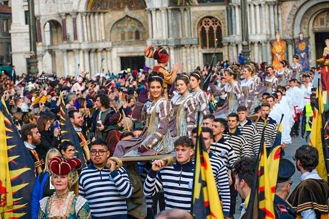 Llegada de le Maria a la Plaza de san Marcos durante el carnaval de Venecia 2021