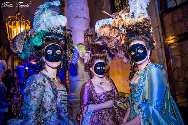 Mujeres disfrazadas luciendo la moretta, otra de las máscaras típicas del carnaval de venecia 2021
