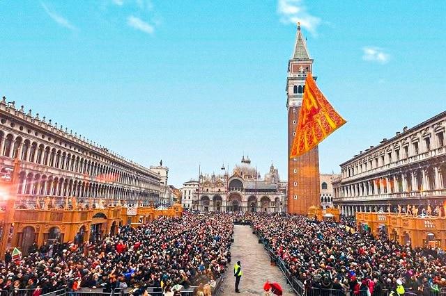 La bandera de Venecia izándose hasta lo alto del Campanario