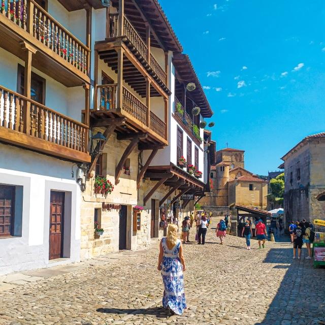 Servidora paseando por la calle principal de Santillana del Mar, el pueblo más bonito que ver en Cantabria