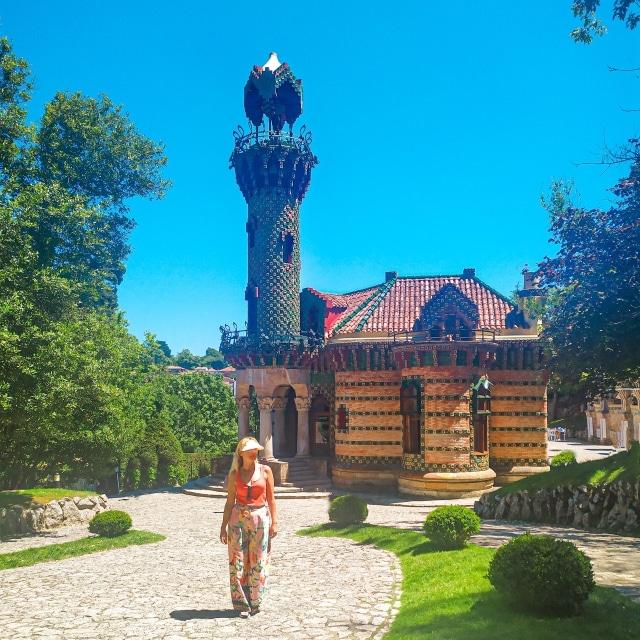 Servidora en el Capricho de Gaudí de Comillas, uno de los lugares más bonitos que ver en Cantabria