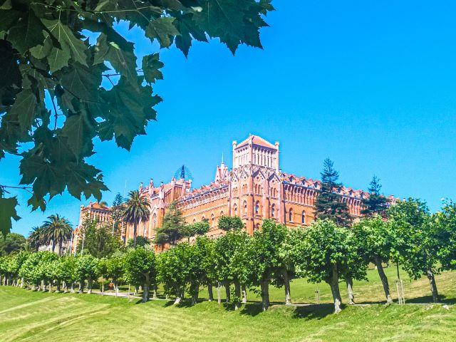 Vista panorámica de la Universidad Pontificia, uno de los lugares imprescindibles que ver en Comillas en un día
