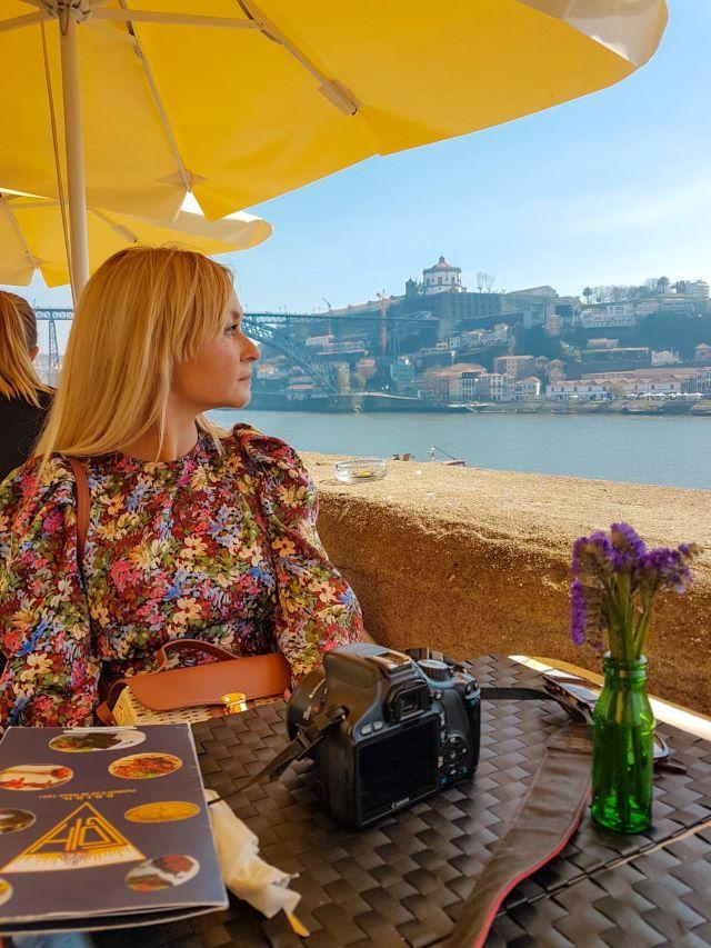 Servidora en la terraza del restaurante Grupo Desportivo de Oporto