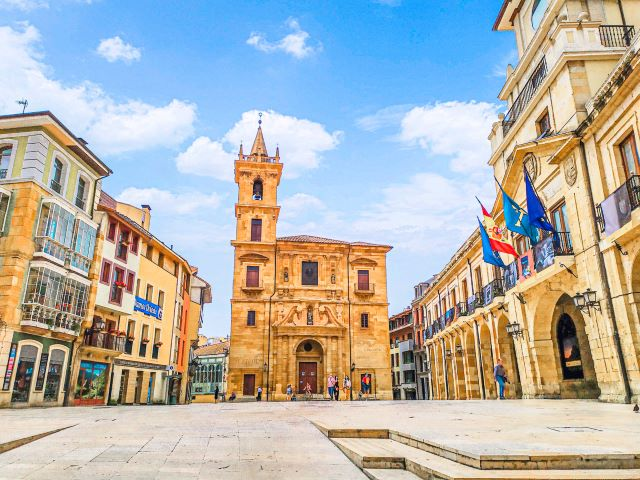 Iglesia de San Isidoro y el Ayuntamiento de Oviedo