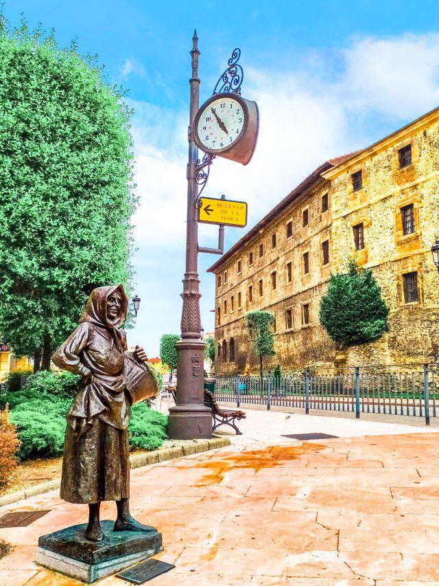 Estatua en la entrada de la Calle Gascona de Oviedo