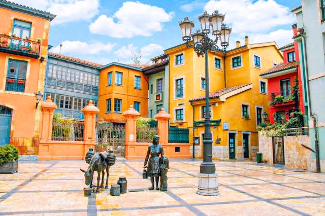 Monumento a la lechera y la Plaza de Trascorrales, otro de los lugares imprescindibles que ver en Oviedo en un día