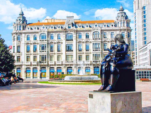 """Estatua de """"la gorda"""" en la Plaza de la Escandalera de Oviedo"""