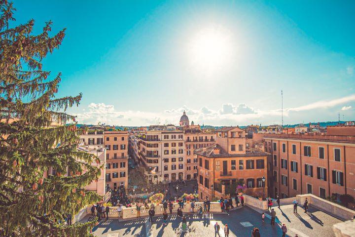 Vista de la Plaza de españa de Roma desde lo alto de la escalinata