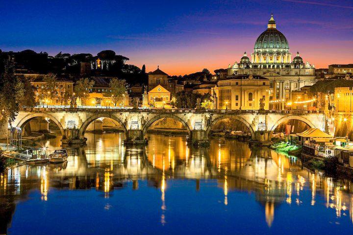 Vista nocturna de la Basílica de San Pedro de Roma