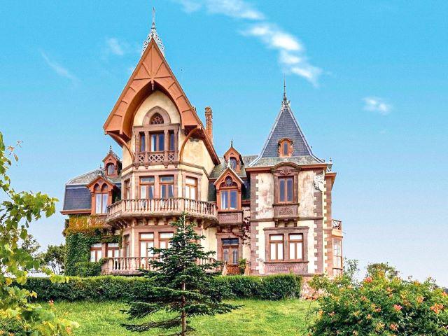 Casa del Duque, uno de los edificios más espectaculares que ver en Comillas en un día