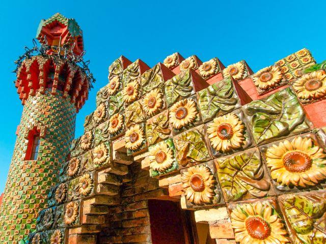 Detalle de los girasoles del Capricho de Gaudí