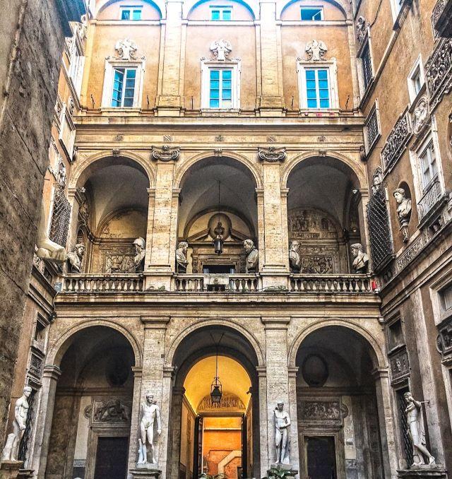 Lugares poco turísticos de Roma: patio del  Palazzo Mattei di Giove