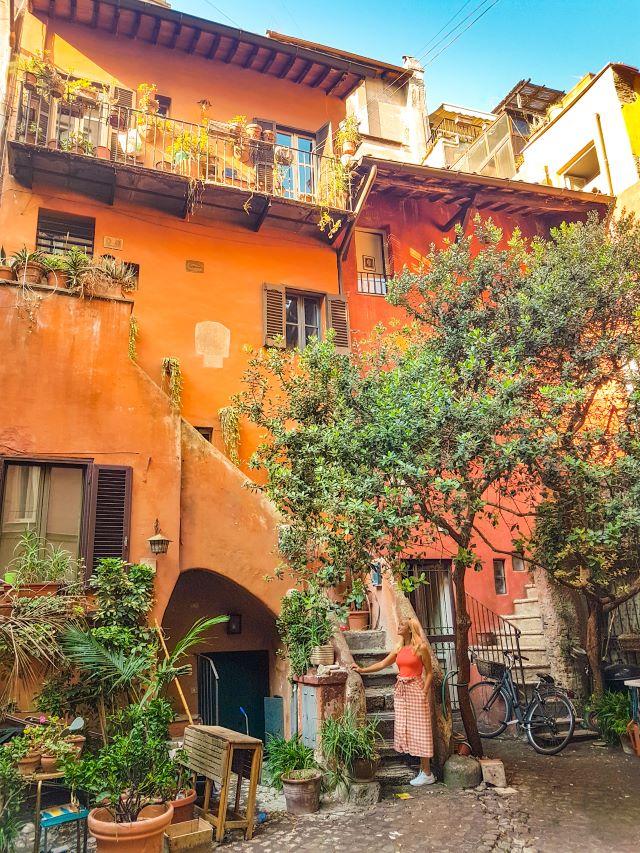 Lugares pocos turísticos de Roma: fachadas de viviendas en el patio degli acetari